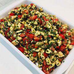 Suggestion du jour : émincé de poulet au pesto, citron vert et tomates fraîches, tagliatelles maison