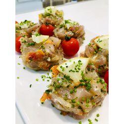 Suggestion du jour : tartare de thon, citron, tomates, basilic et perles marines