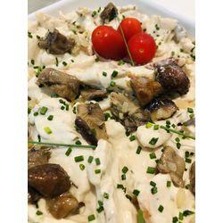 Suggestion du jour : émincé de blanc de poulet, sauce onctueuse aux champignons des bois, tagliatelles maison